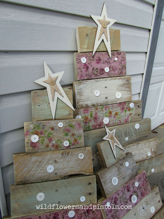 Pallet wood christmas trees hometalk for Painted tables decorating ideas