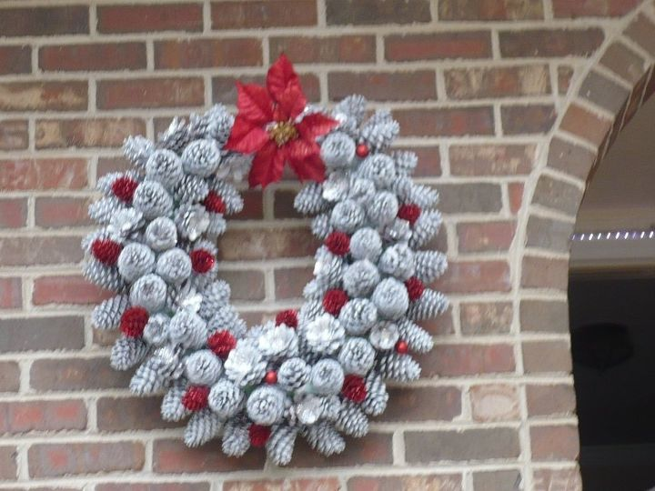 Wreath made of pine cones hometalk - Crafty winter decorations with pine cones ...
