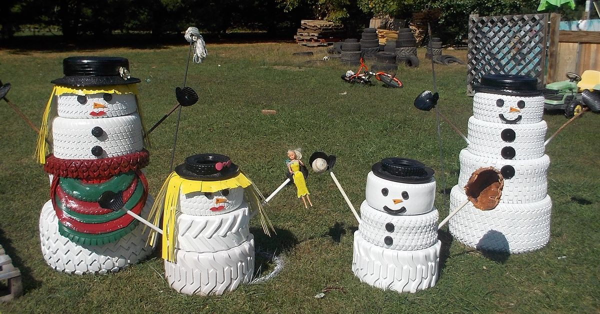The snowman family made from tires hometalk for Seasonal decorations home