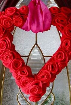 felt flower valentine wreath, crafts, flowers, seasonal holiday decor, valentines day ideas, wreaths
