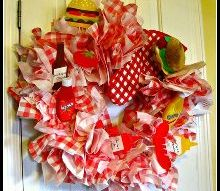 celebrate summer with a picnic paper napking wreath, crafts, seasonal holiday decor, wreaths, You can leave it just with the napkins an looks pretty enough