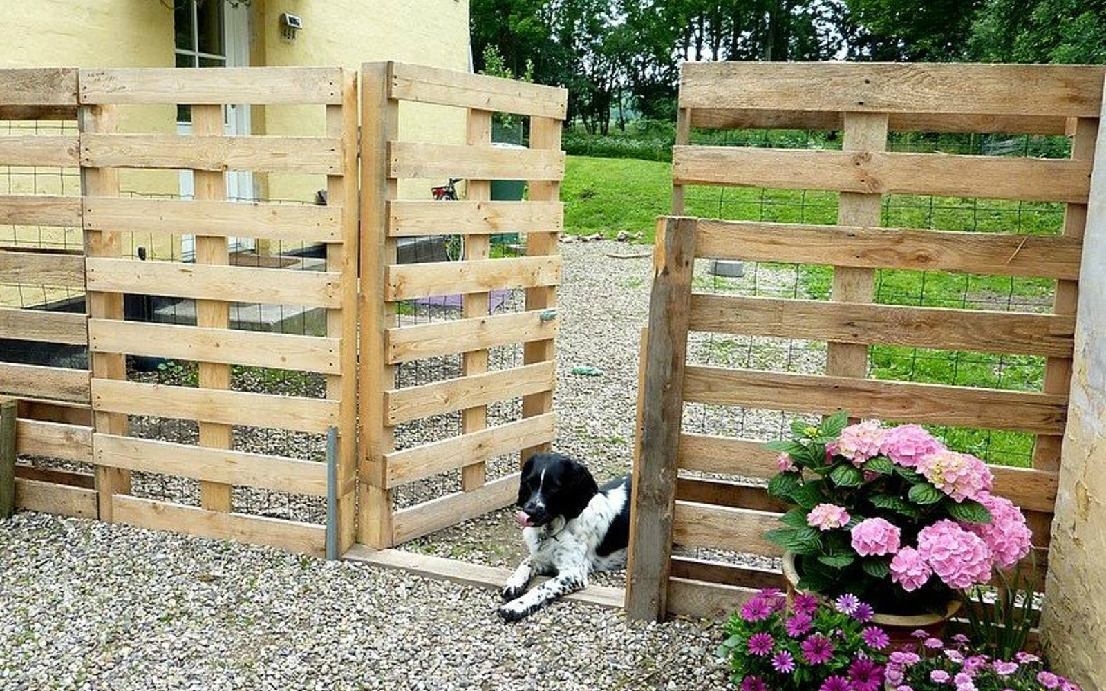 s 18 incredibly easy ways to use the entire pallet, pallet, Line up a few for a backyard fence
