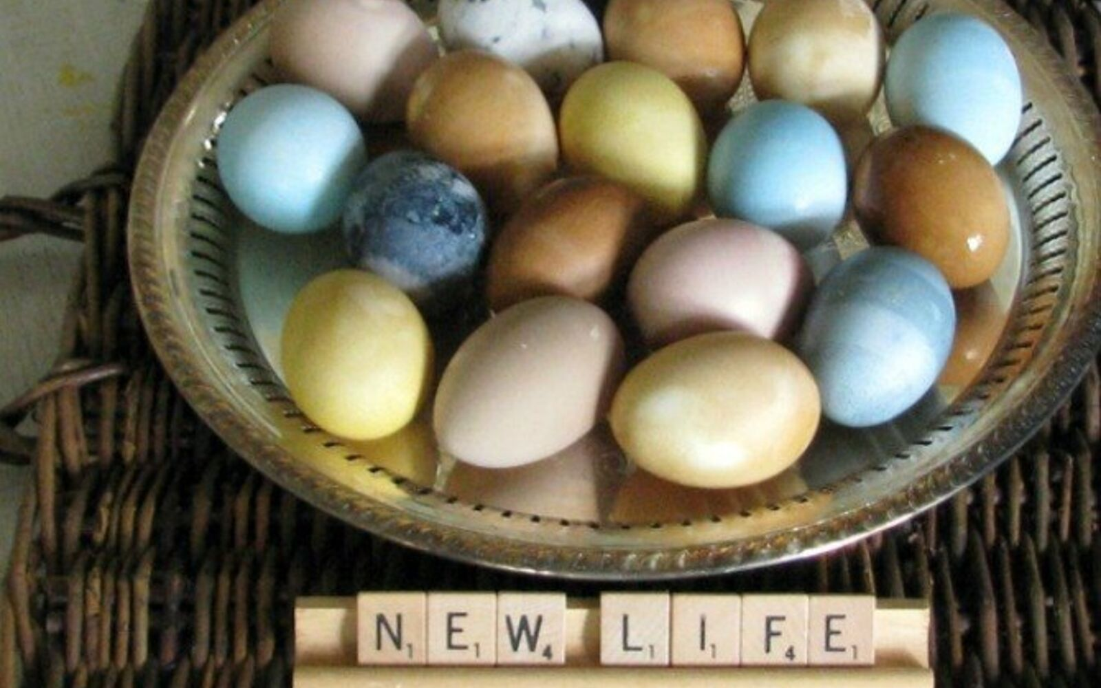 s 23 totally different ways to decorate real eggs this easter, crafts, easter decorations, Use things from the pantry as natural dyes