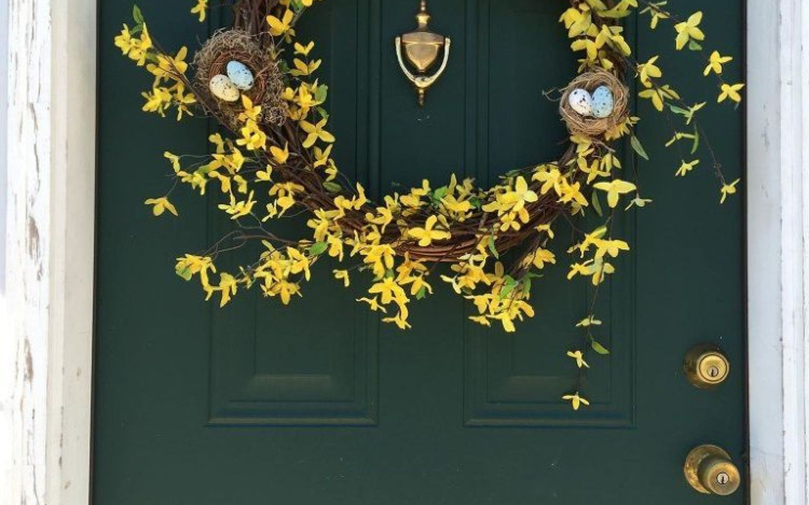 s 31 gorgeous spring wreaths that will make your neighbors smile, crafts, seasonal holiday decor, wreaths, Choose buds that will stand out on your door