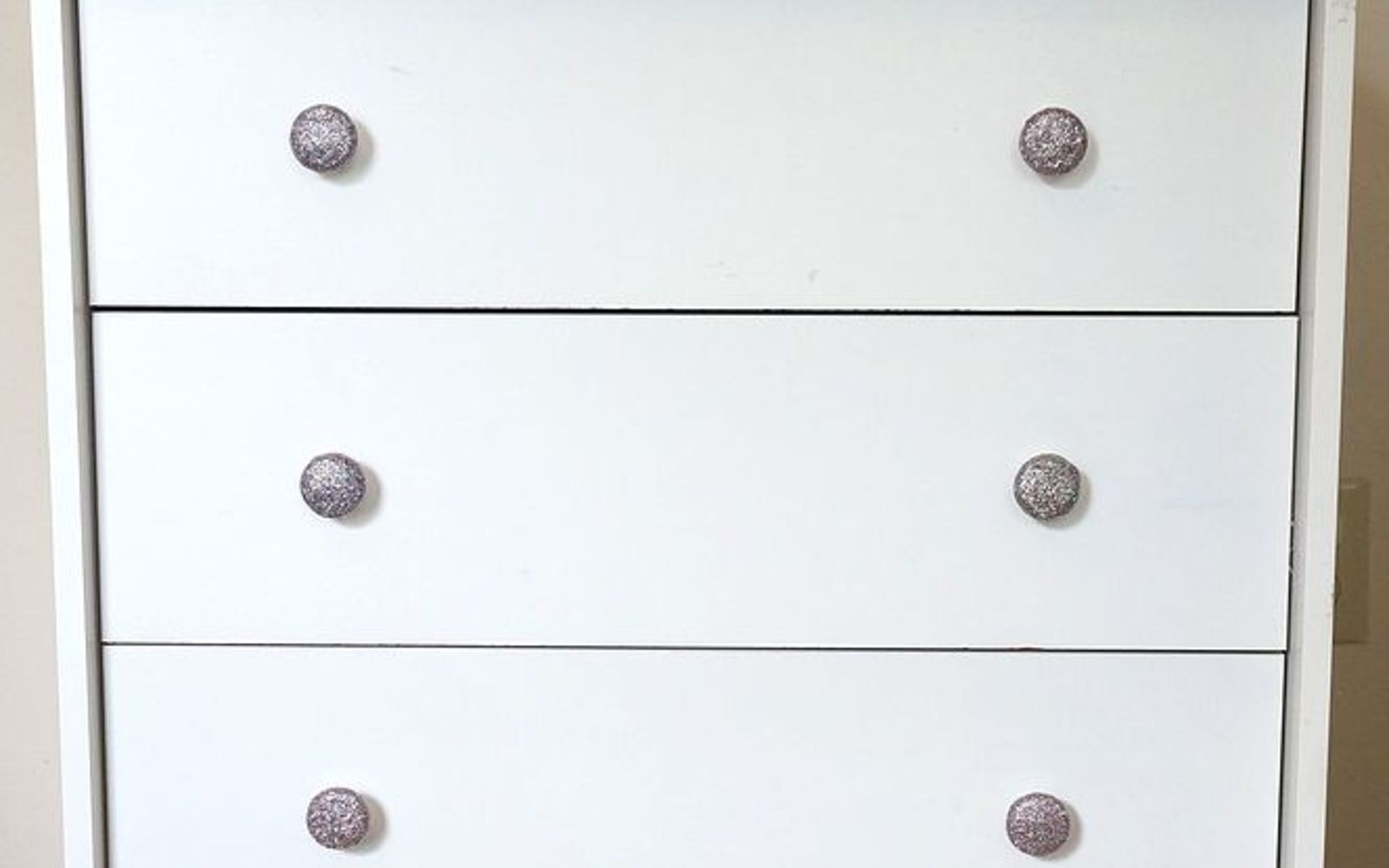 s 17 high end ways to use mod podge in your home, crafts, decoupage, home decor, Coat ugly plastic knobs in shimmering glitter