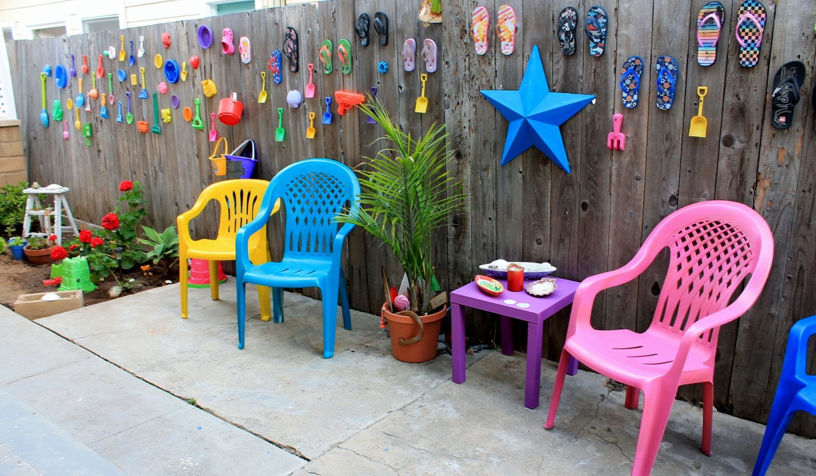 30 awesome backyard chair ideas to try right now hometalk for Pool decor design