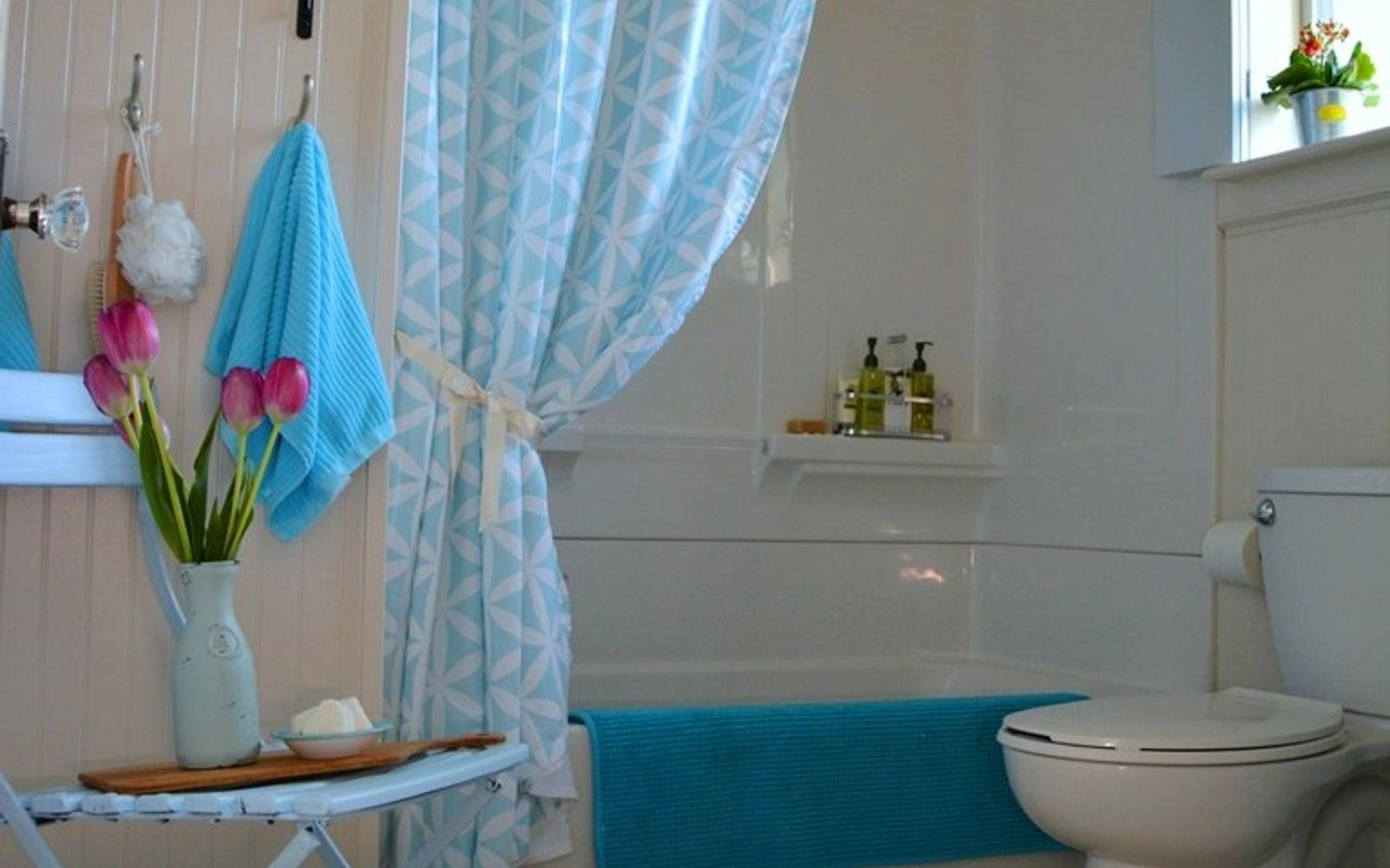 s 11 actually helpful tricks for decorating a small bathroom, bathroom ideas, Stick to bright vibrant colors for textiles