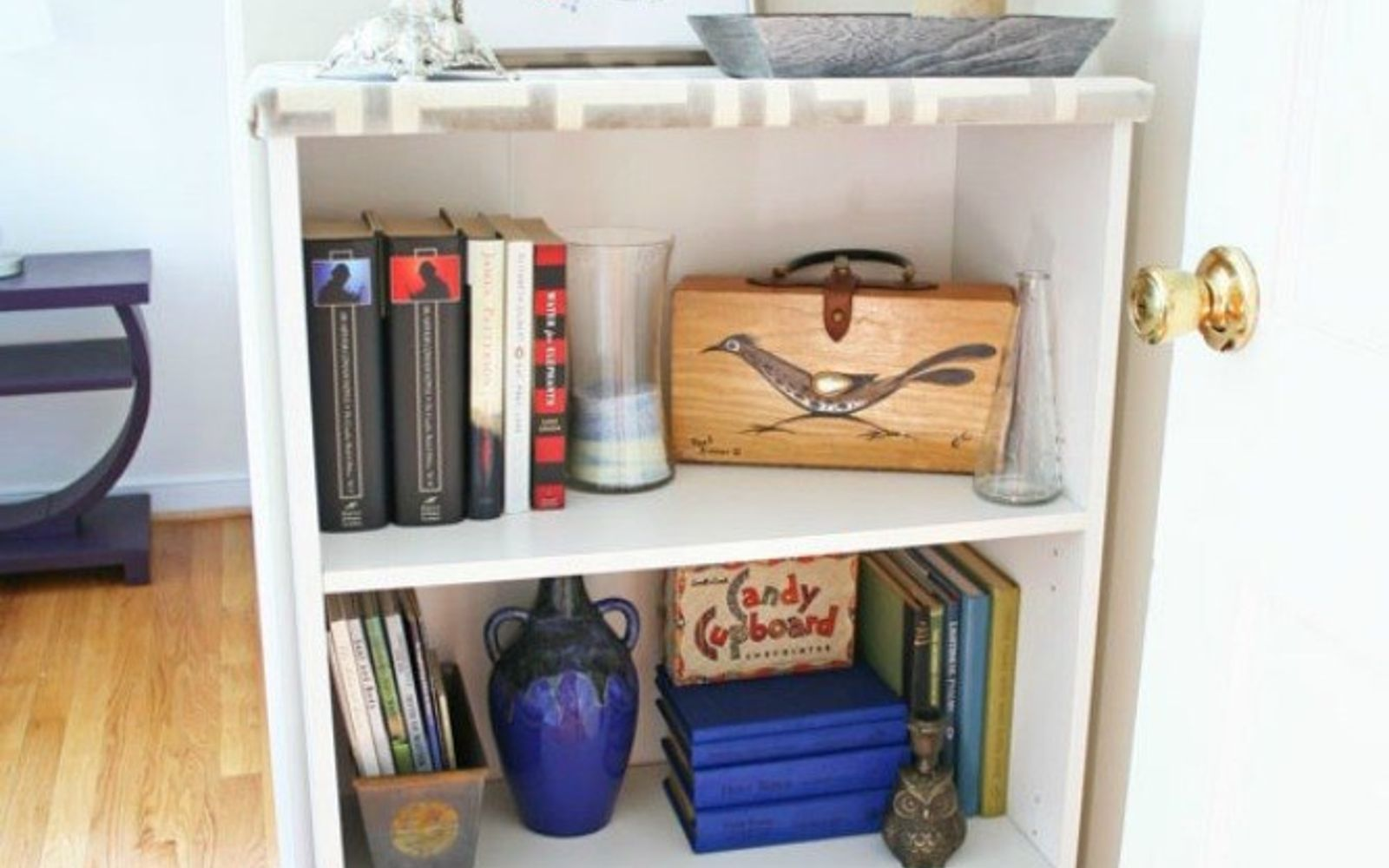 s 12 cleaning tricks that people with spotless living rooms swear by, cleaning tips, entertainment rec rooms, living room ideas, Style your chaotic bookcase by color