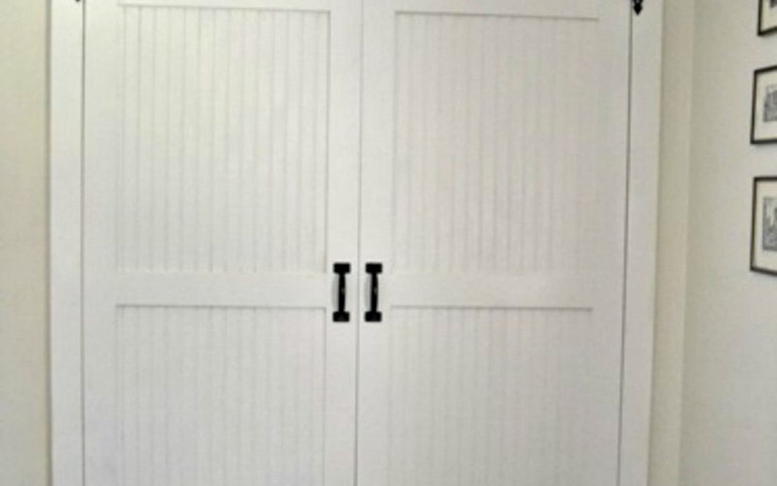 s why everyone is freaking out over these country cottage rooms, bedroom ideas, entertainment rec rooms, home decor, These barn style doors add so much character