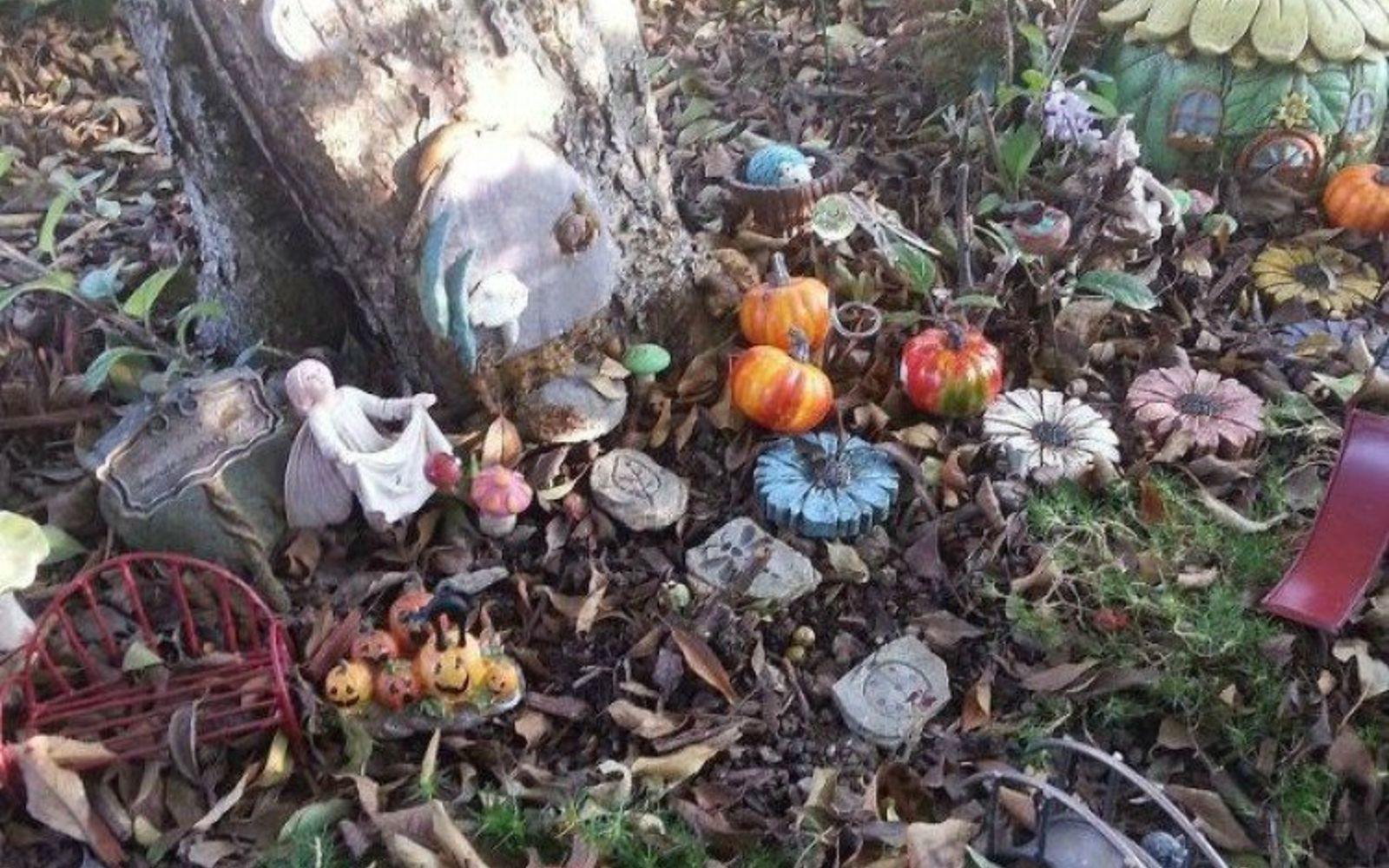 s make your neighbors giggle with these 9 halloween fairy garden ideas, gardening, halloween decorations, seasonal holiday decor, Use outdoor leaves for a fall themed garden