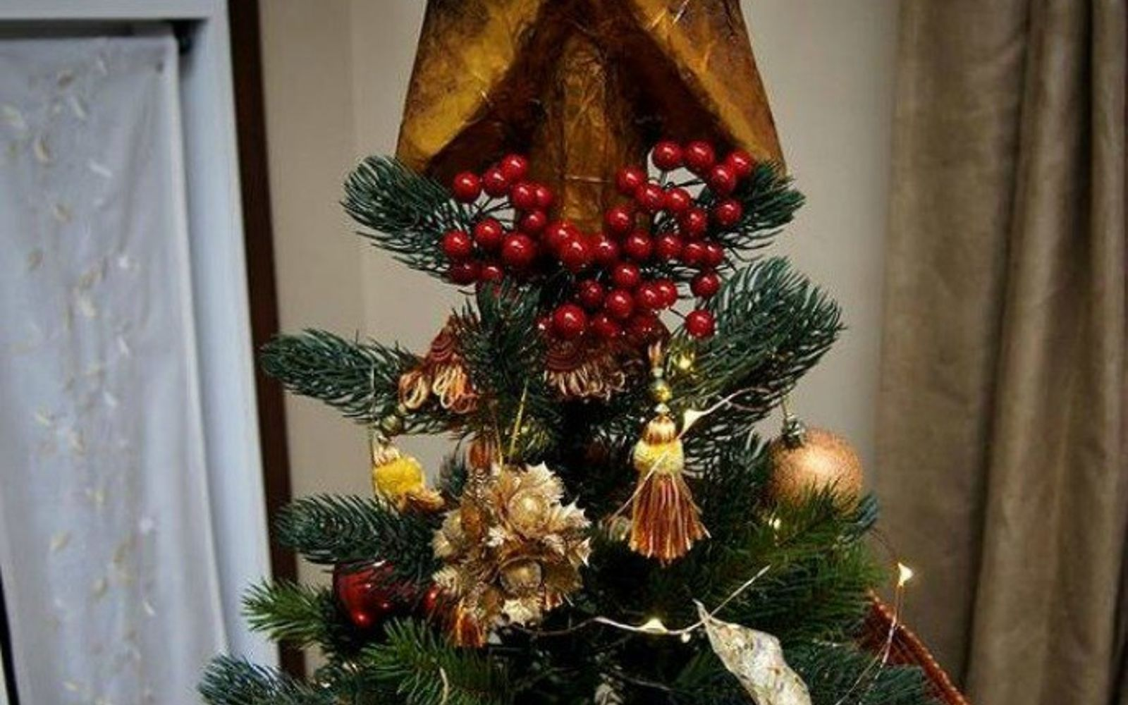 s don t stop at ornaments these tree decorating ideas are even better, christmas decorations, seasonal holiday decor, Cut cardboard into a shimmering gold star