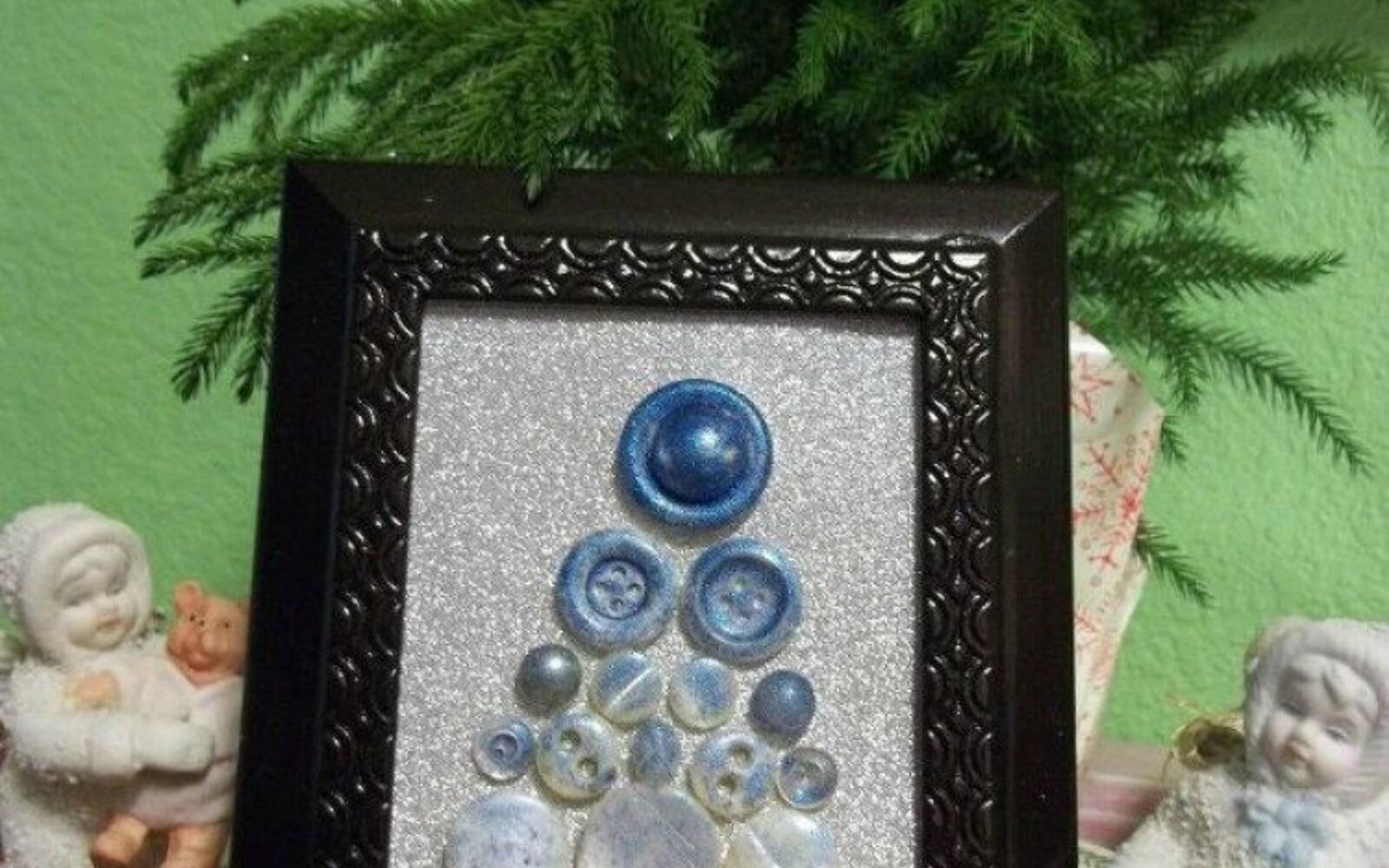 s 15 quick and easy gift ideas using buttons, Frame them as a Christmas tree