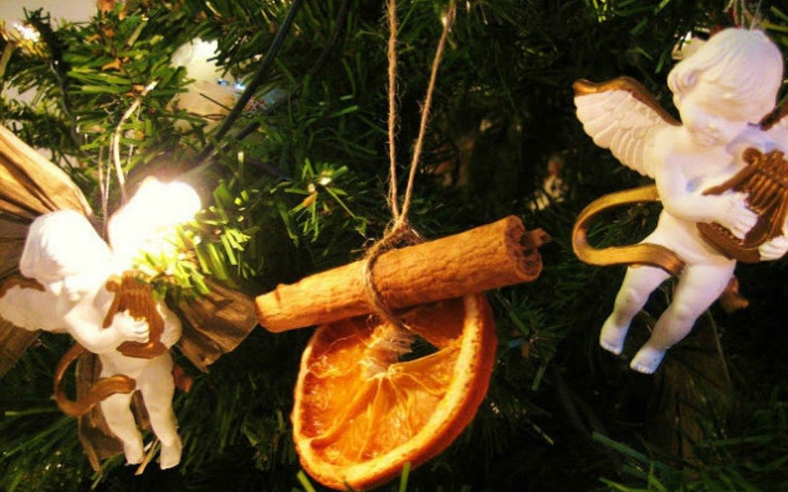 s make your home smell amazing with these diy winter scent ideas, home decor, These orange pomanders that hang on your tree