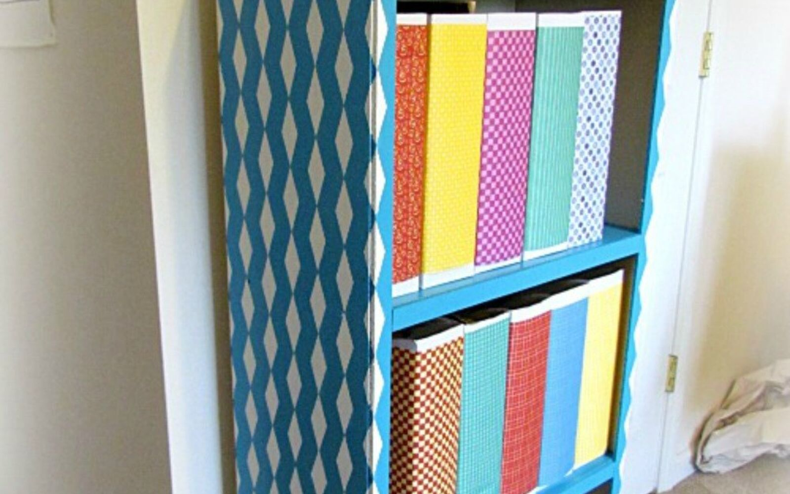 s stop everything these bookshelf redos are ah mazing, shelving ideas, storage ideas, Use tape to get designer looking shelves