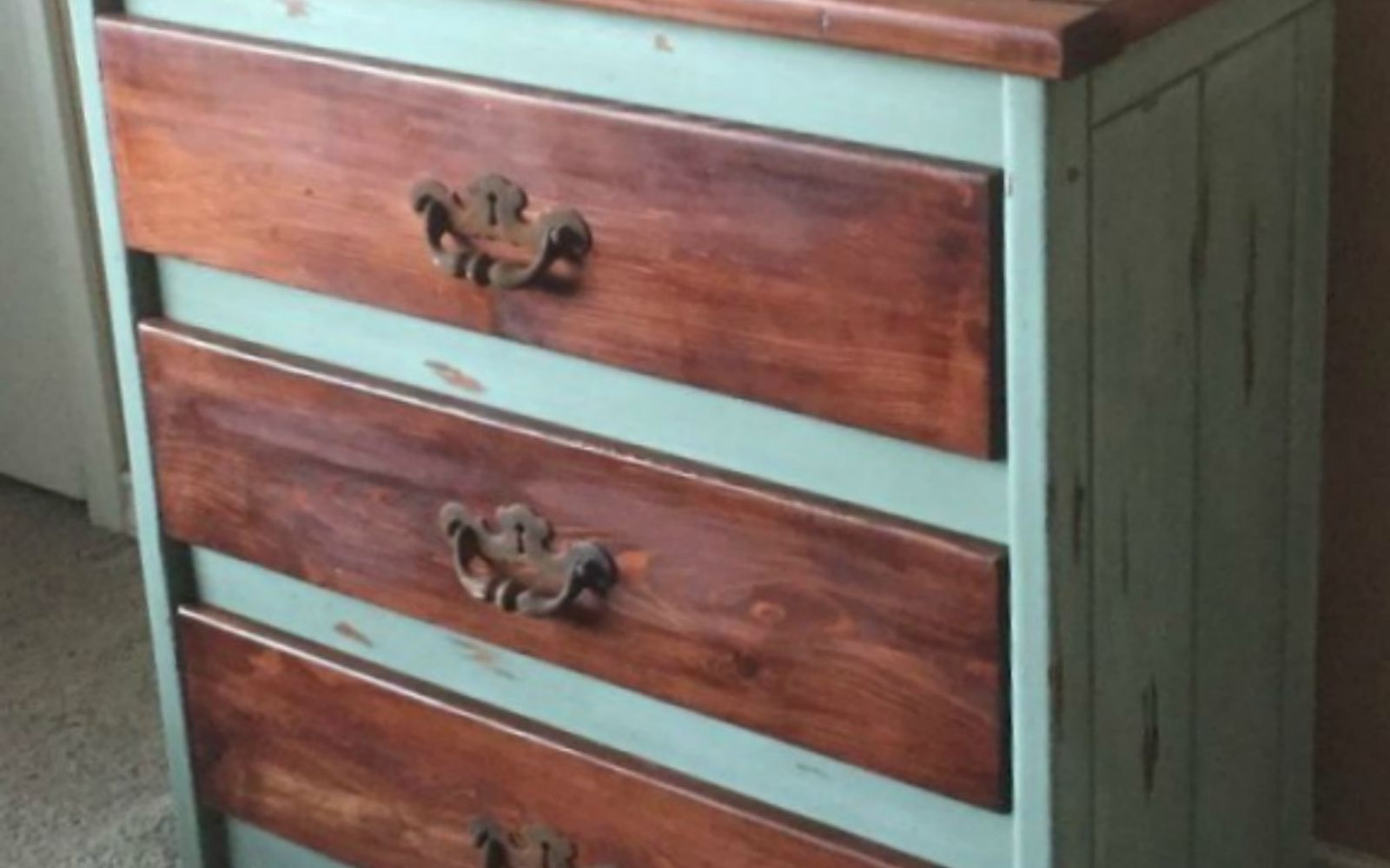 how to make white distressed paint look on furniture