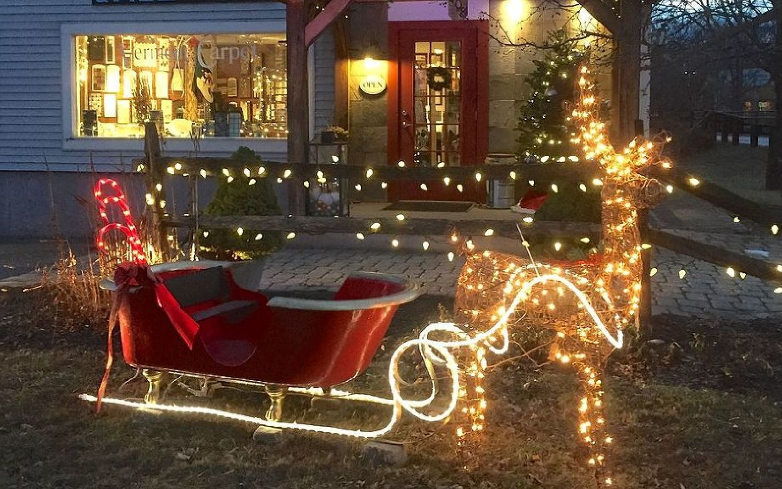 s 11 easy ways to refresh your old bathtub, Transform The Tub Into Santa s Sleigh