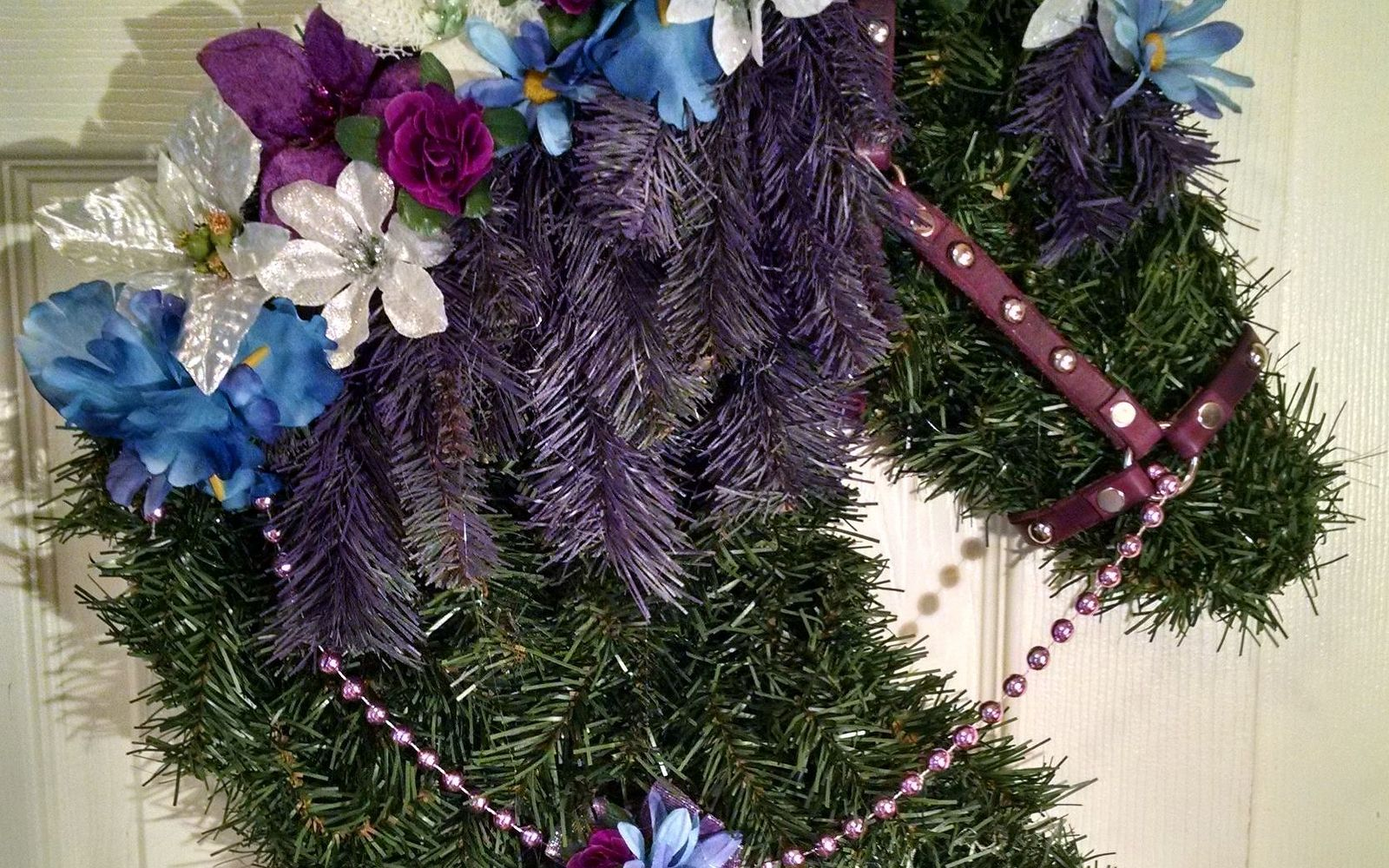 s 17 tricks to make a gorgeous wreath in half the time, Make A Wreath Horse Head With Florals