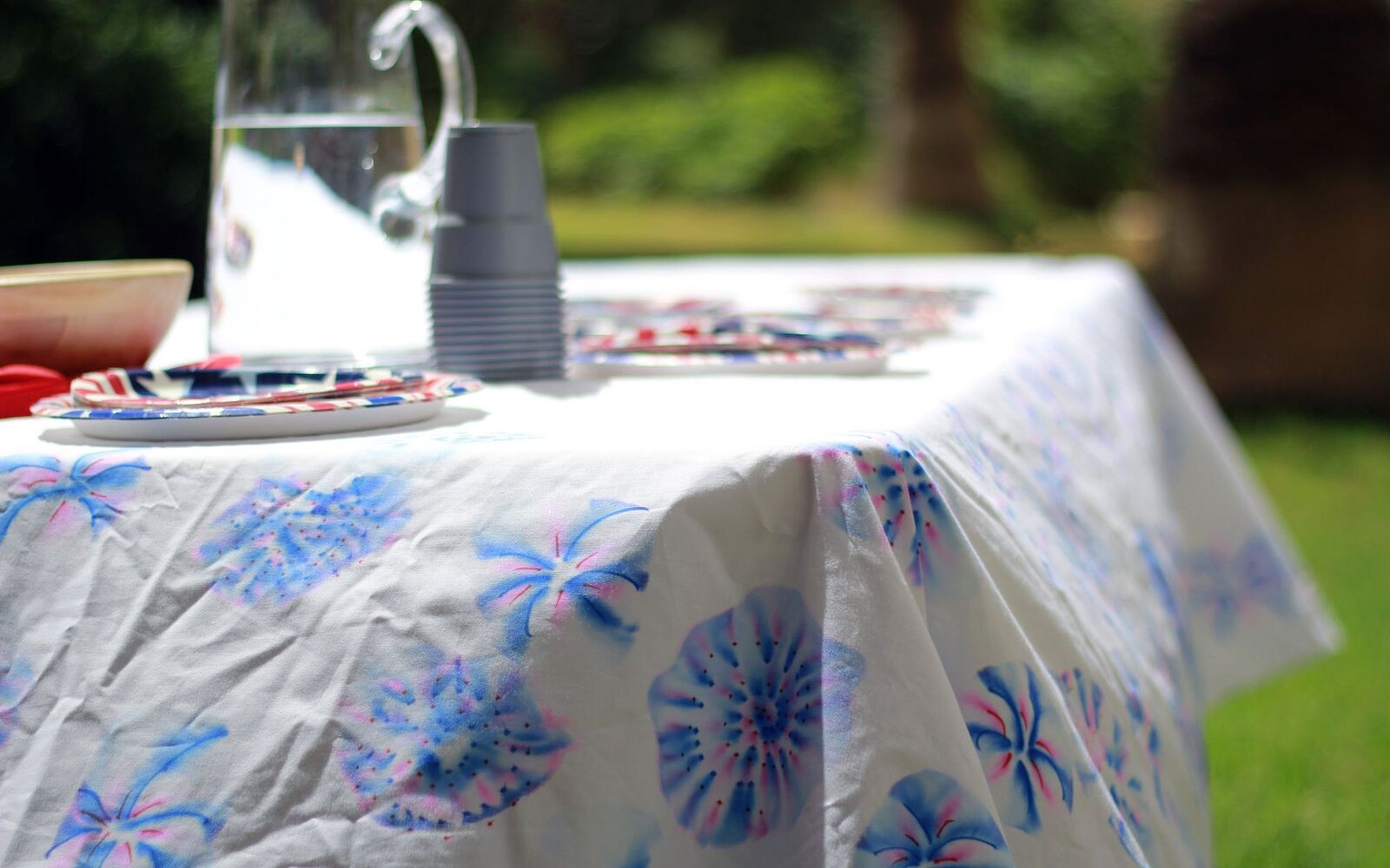 s 30 adorable diy ideas for july 4th, Add Sharpie alcohol fireworks to your table