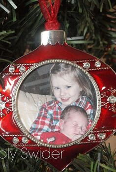 christmas decorating on a budget, christmas decorations, seasonal holiday decor, Hang pictures of your children in garland