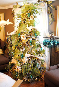 some dreamy holiday decor, christmas decorations, home decor, seasonal holiday decor, wreaths, Peacock themed Christmas Tree