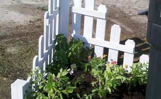 mailbox garden, gardening, pallet projects, Mailbox garden made from old pallet boards I planted lantanna and periwinkle in this garden