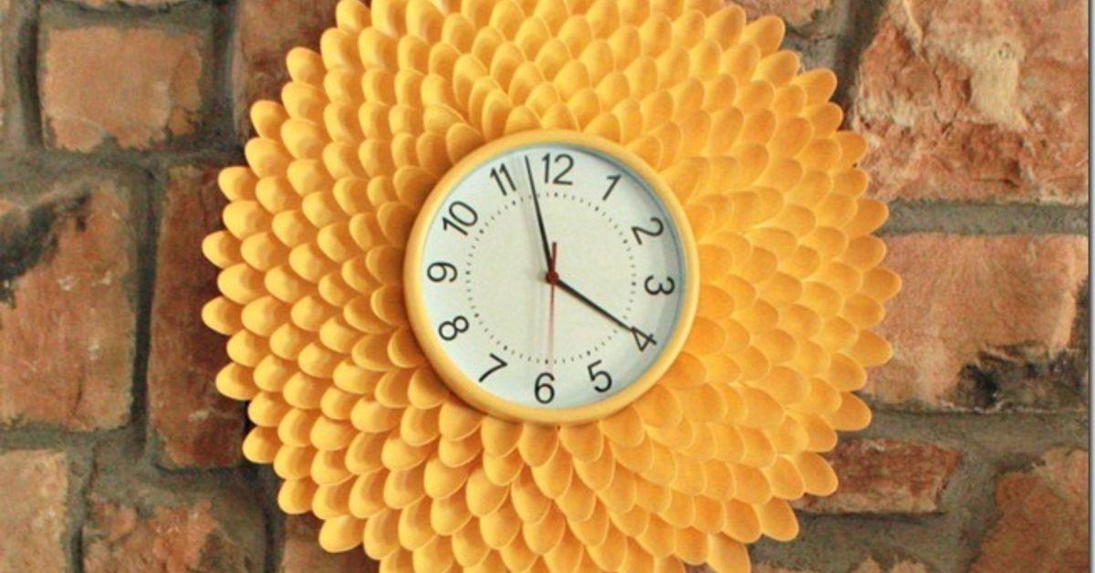 Часы «Хризантема» из пластиковых ложек