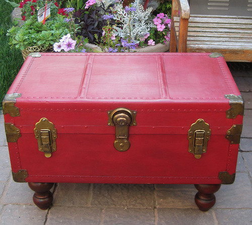 Antique trunk coffee table with annie sloan chalk paint hometalk Old trunks as coffee tables