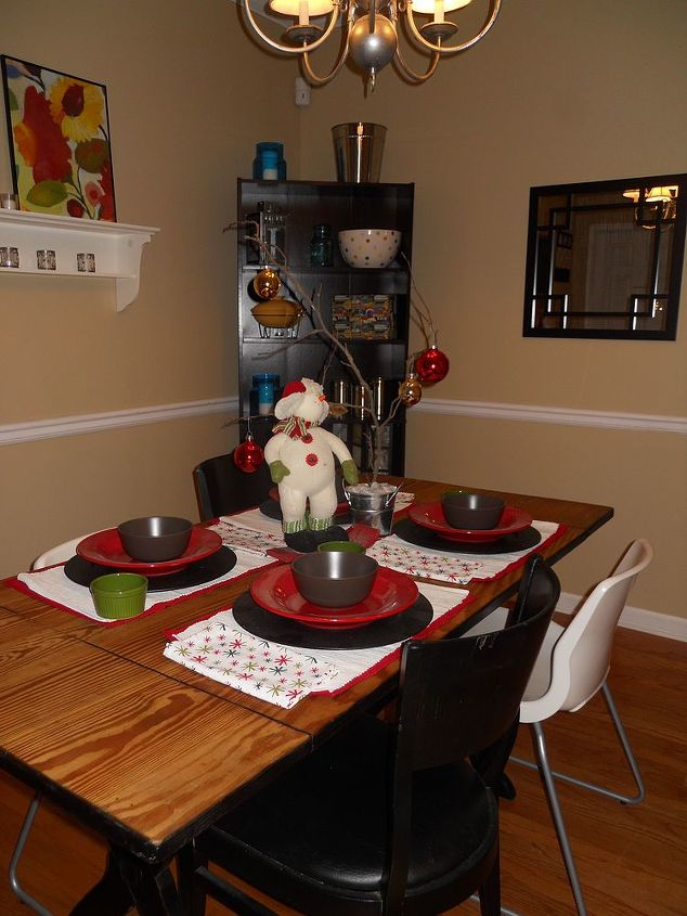 read this and weep i think this may just be my last holiday decor post lol don t, home decor, Lindsey Perkins simple holiday decor set the table with Christmas colors and napkins
