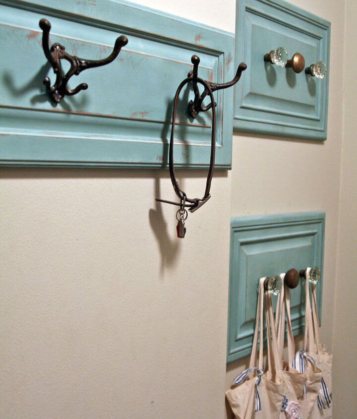 this is the final product!  I love the color and the use of vintage door knobs as hooks!!!