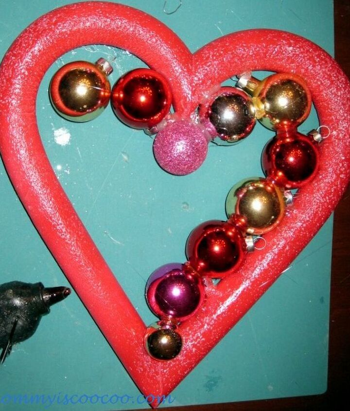 How to make a valentine ornament wreath.  Placing the bulbs with hot glure.
