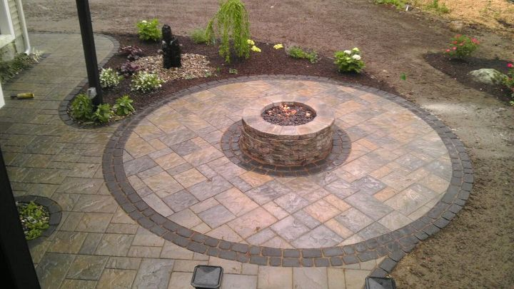 As a subtle detail the main patio was Blu 60 and the circle was switched to the distressed version of Techo-bloc's paver