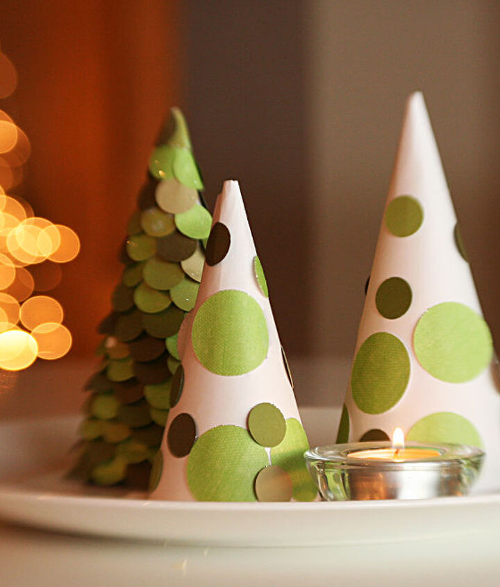Gorgeous Christmas tree decorations made out of simple snow cone triangles. Cheap, easy and pretty!