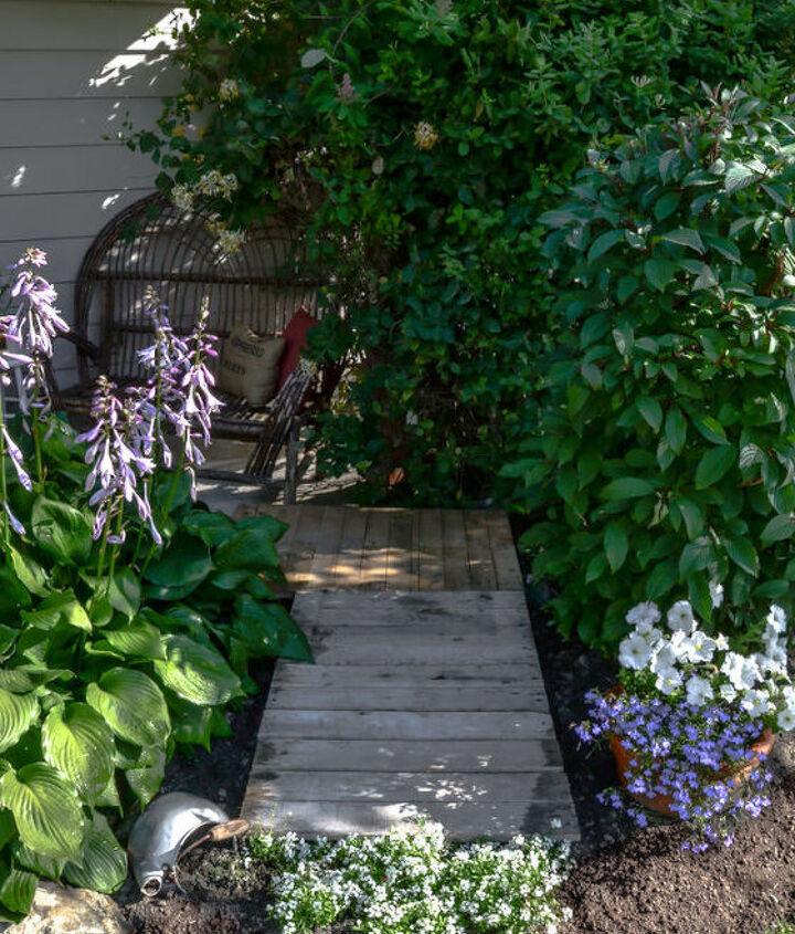 Two smaller pallets were simply tucked into place for another little secret walkway. http://www.funkyjunkinteriors.net/2013/07/2-pallet-garden-walkway-barrel-planter.html