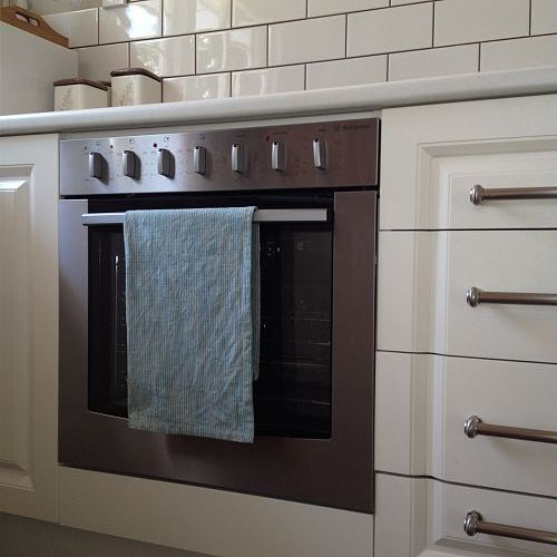 New oven that doesn't smell like mouse!! The white subway tiles are my favourite part.