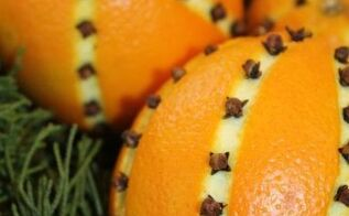 clove studded oranges for christmas, christmas decorations, seasonal holiday decor