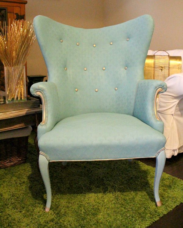 Read the trick to cleaning the fabric and painting the upholstery, the easy way.