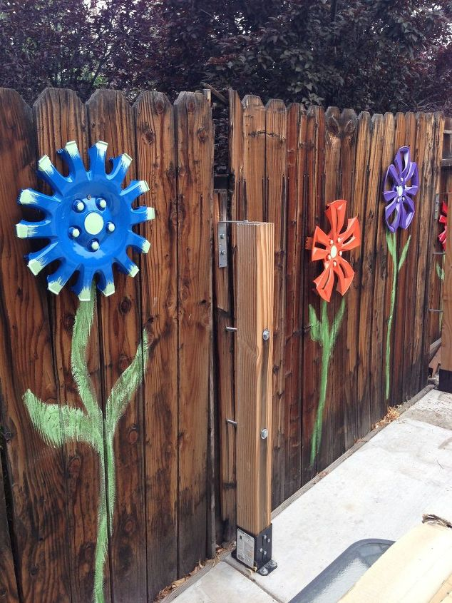 wheel cover fence flowers, crafts, fences, gardening, repurposing upcycling
