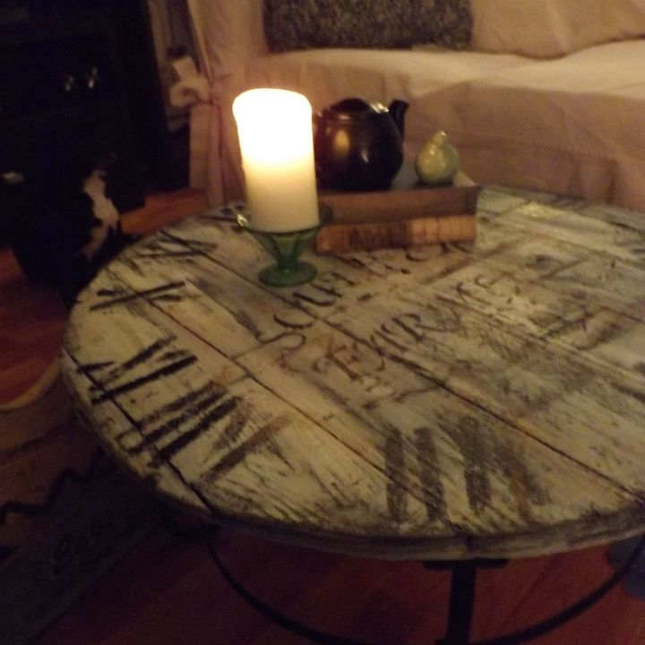 A Wood Pallet Crafted Clock Coffee Table Diy Home Decor Painted Furniture