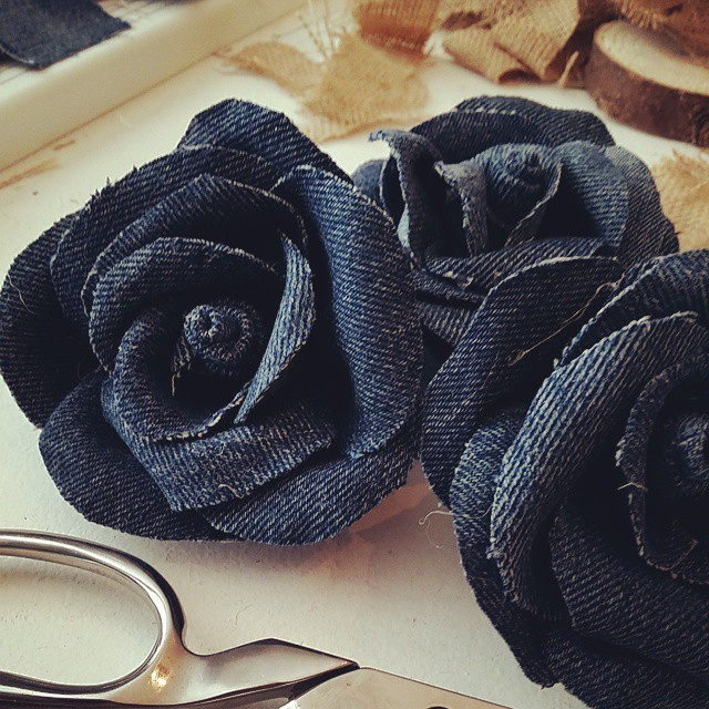 how to make a denim jeans rag wreath with flowers, crafts, wreaths