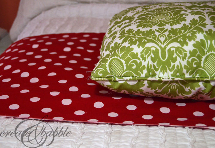 super simple christmas pillows, christmas decorations, seasonal holiday decor, reupholster