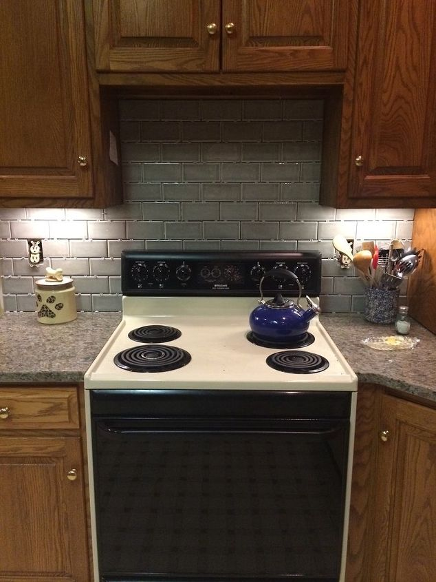 q paint color that looks good with oak, kitchen backsplash, kitchen design, paint colors, painting, This is the new tile and countertop Stove comes next week what color should I paint the wall