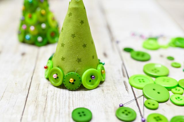 diy button christmas trees, christmas decorations, crafts, seasonal holiday decor