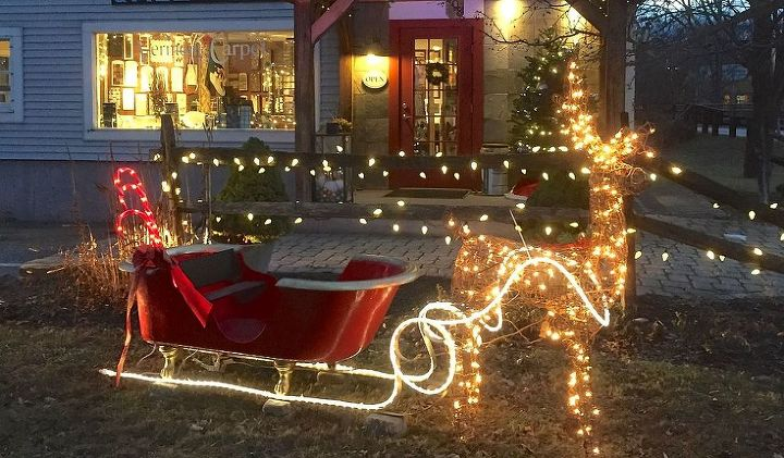 14 Genius Ways To Repurpose Galvanized Buckets And Tubs: Holiday Decorations