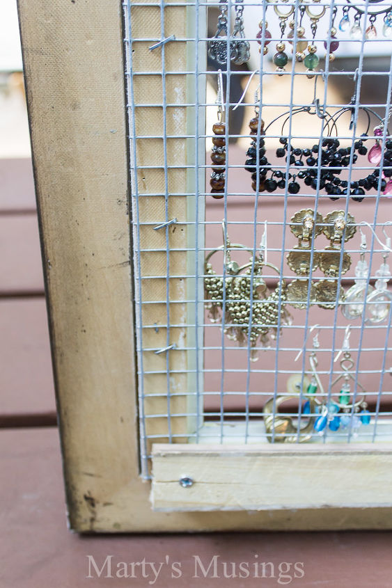 Repurposed Frame and Chicken Wire to Earring Organizer | Hometalk