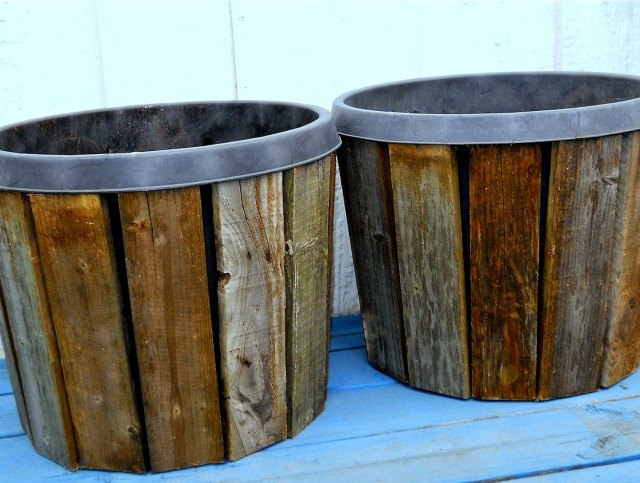 Photo via Ann @[url=http://makethebestofthings.blogspot.co.il/2015/03/pallet-wood-planter-covers-diy-part-1.html]Make the Best of Things[/url]