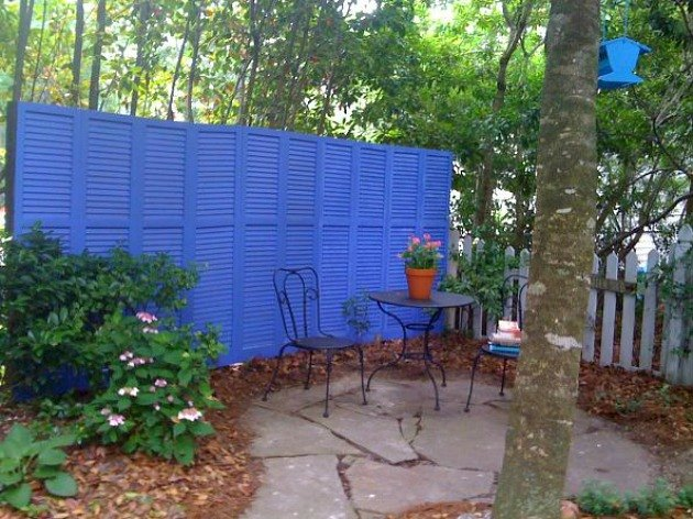Photo via Daune @[url=http://cottageintheoaks.com/2011/05/repurposed-shutter-fence/]Cottage in the Oaks[/url]