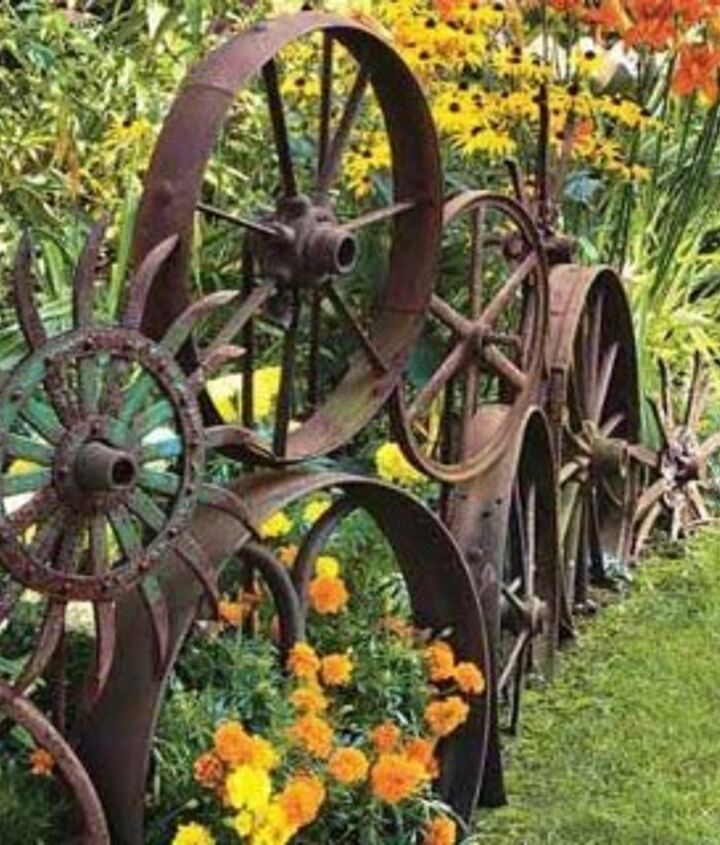 Photo via the [url=http://www.thegardenglove.com/more-garden-edging-9-creative-ideas/]Garden Glove[/url]
