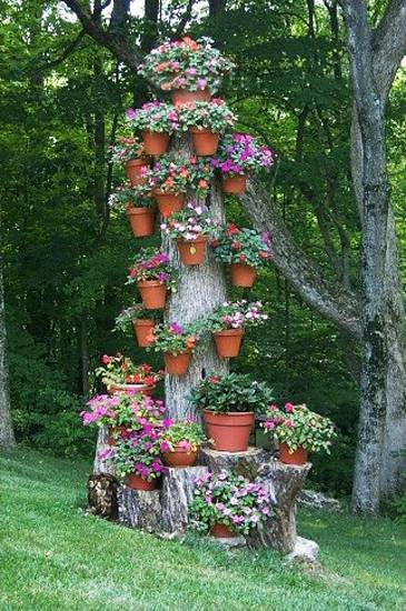 Photo via [url=http://www.lushome.com/25-ideas-recycle-tree-stumps-garden-art-yard-decorations/137168]Lushome[/url]