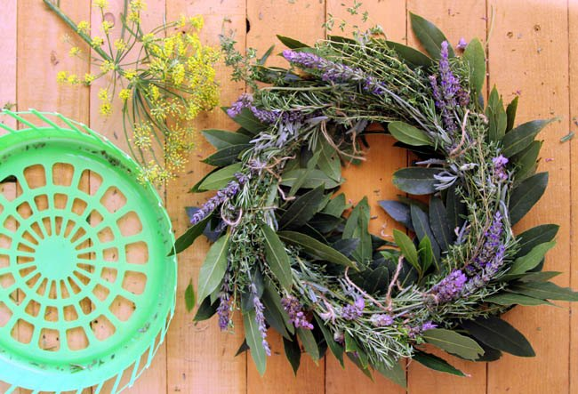 dollar store hack laudry basket into wreath makers, crafts, repurposing upcycling, seasonal holiday decor, wreaths