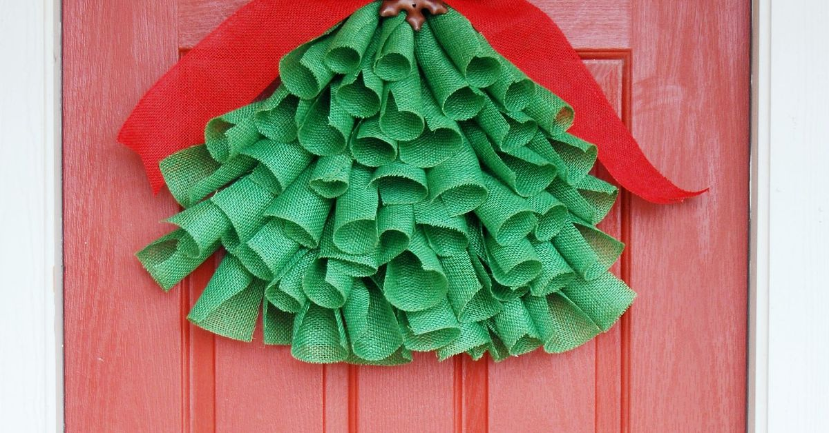 Burlap christmas tree decor hometalk for Burlap christmas curtains